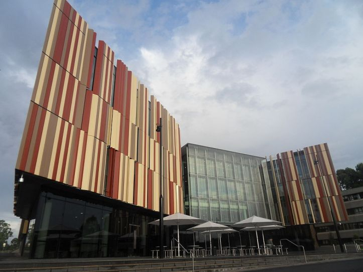 1024px-Macquarie_University_New_Library_2011.jpg